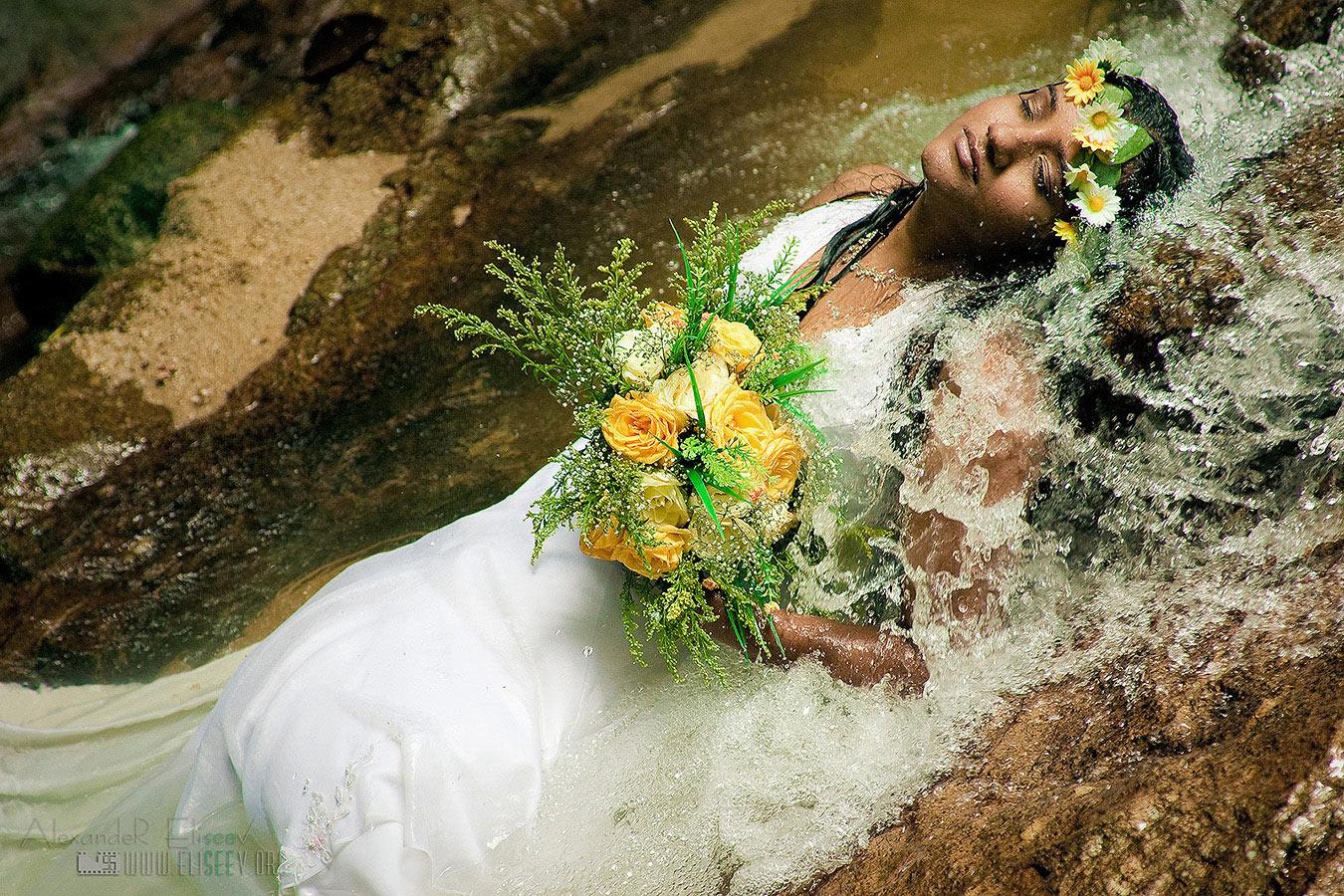 невеста в водопаде