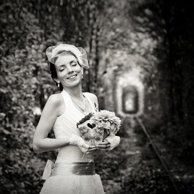 обомлевшая невеста закрывает глаза