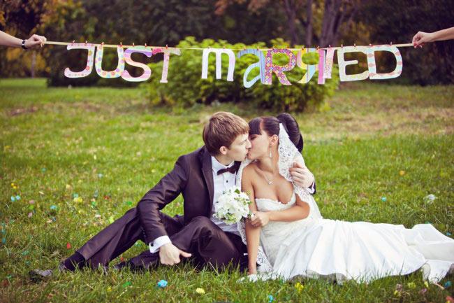 "используем табличку ""Just married"""
