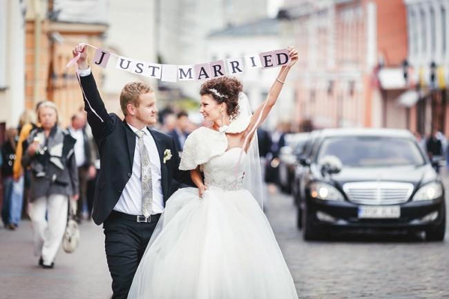довольные молодожены «Just Married»