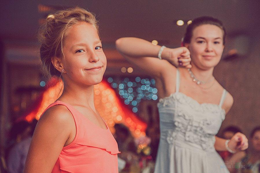 молодые девушки танцуют