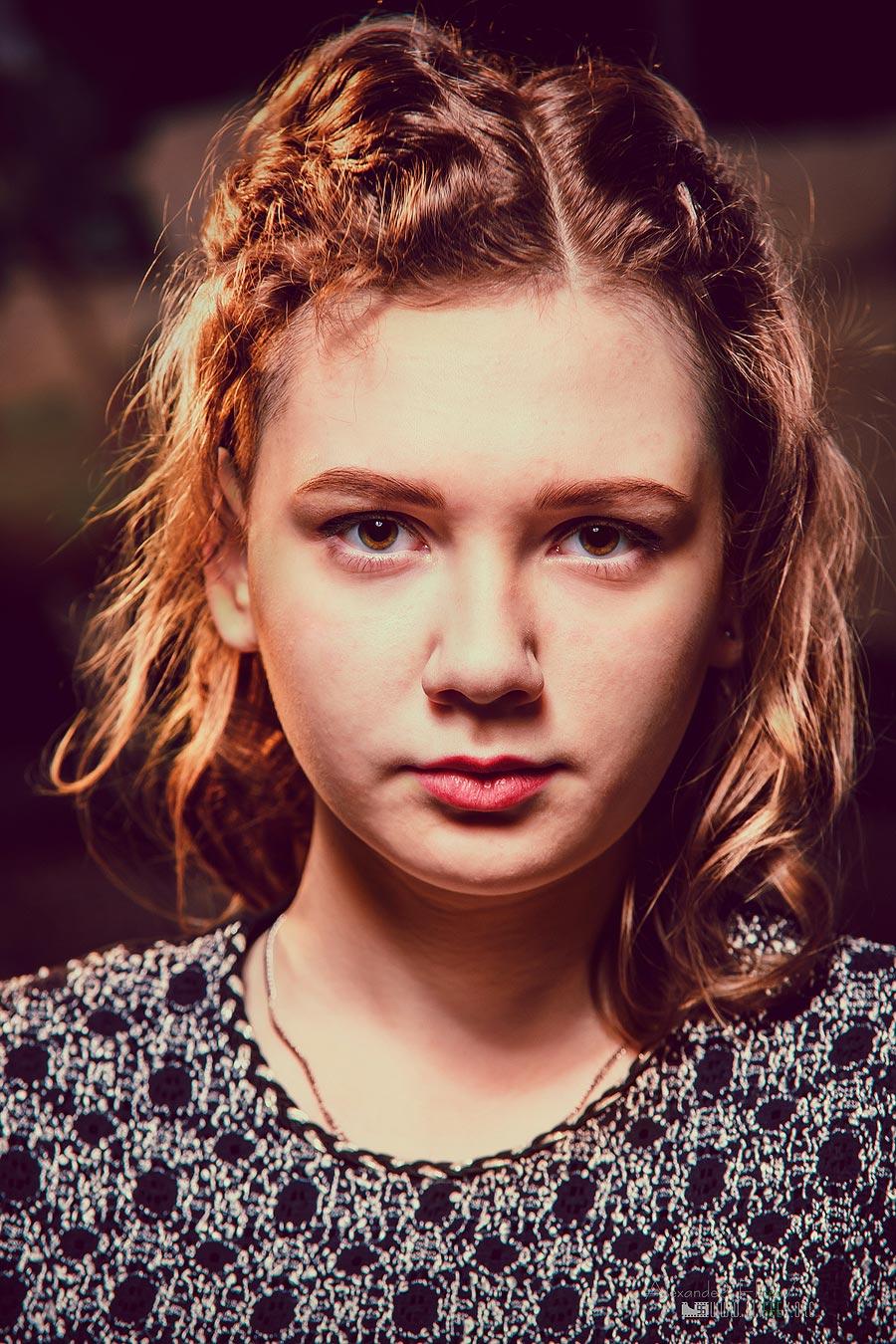 портрет девушки с растрепанной прической в студии