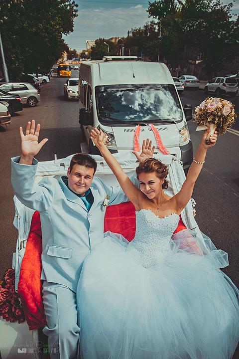 как жених с невестой ехали по городу на карете