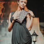 новая коллекция одежды на открытии бутика снимает фотограф