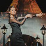 азиатка красиво позирует фотографу на фэшн шоу