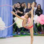 красивая поза гимнастки- профессиональный фотограф