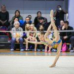 юная гимнастка выступает на спортивных соревнованиях в Самаре