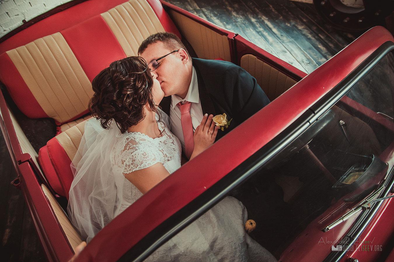 Молодожены целуются в машине