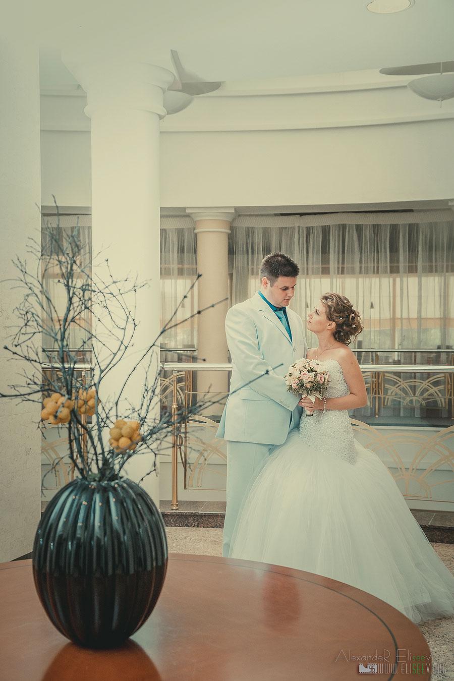 Фотографировали свадебную пару в отеле Ренисанс